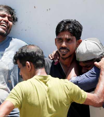سريلانكيون يبكون قريبا لهم قضى في التفجيرات