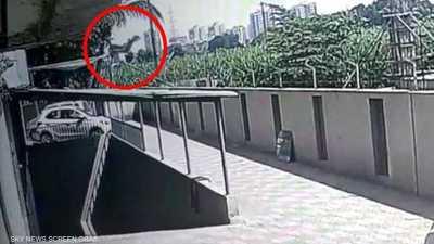 فيديو للحظة نجاة طفلة سقطت من الطابق 12