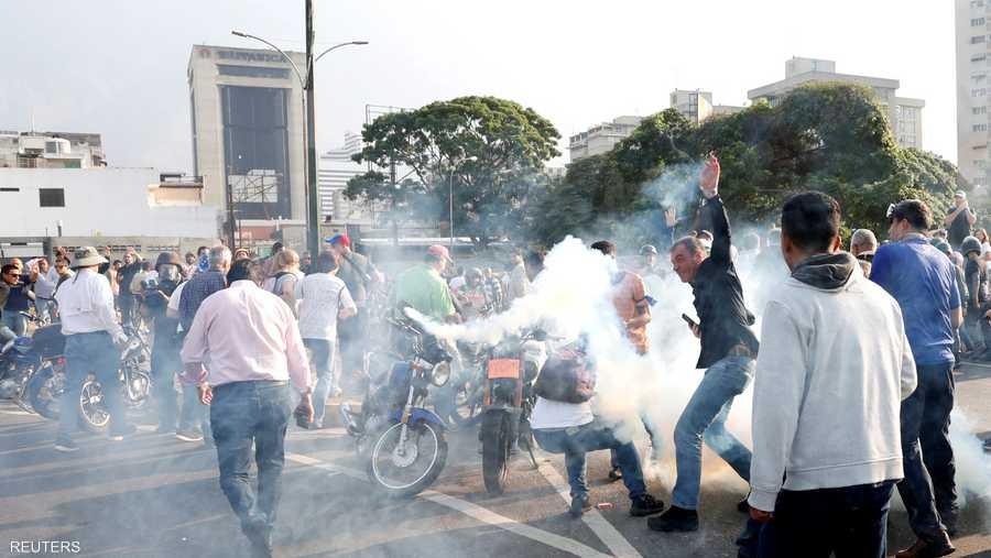 وفي المقابل، سارعت قوات الأمن الموالية لمادورو إلى قمع تظاهرات المعارضة