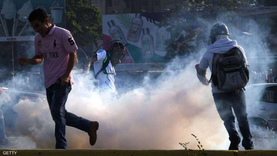 وتأتي المواجهات قبل يوم من تظاهرات مرتقبة في فنزويلا مناهضة لحكومة مادورو.