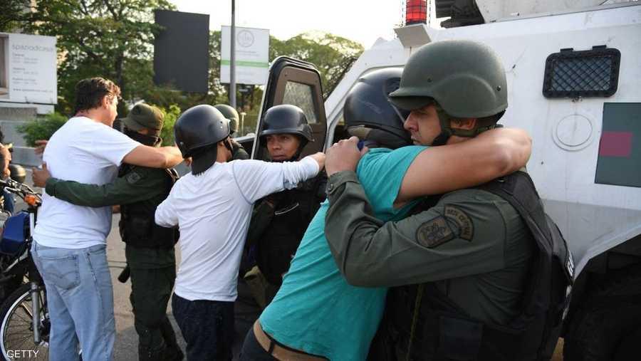 ورحب أنصار المعارضة بالعسكريين الذين أبدوا موقفا جديدا إزاء نظام الحكم في البلاد