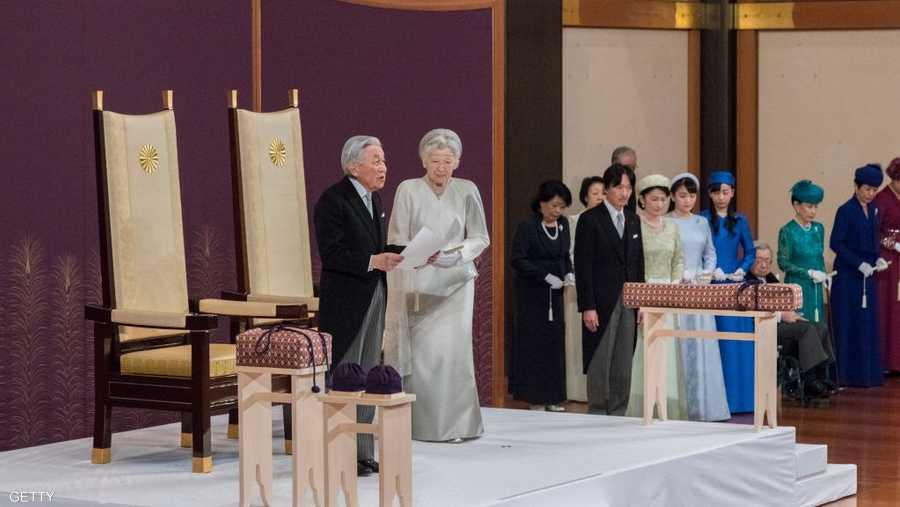 يصاحب التنازل عن العرش مراسم قصيرة وبسيطة نسبيا في قاعة الصنوبر العريقة في القصر الإمبراطوري.