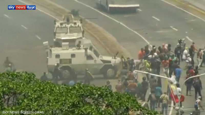 عربة لجيش فنزويلا تدهس متظاهرين