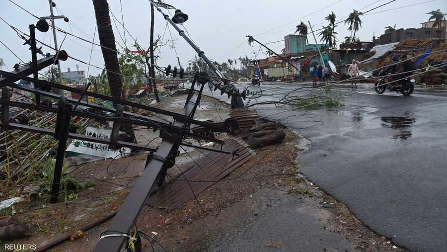 اقتلع الإعصار آلاف الأشجار وأبراج الهواتف النقالة والأسطح وأعمدة الطاقة الكهربائية.