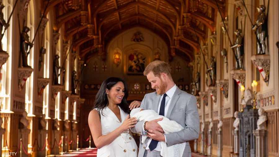هاري وميغان يقفان مع ابنهما حديث الولادة