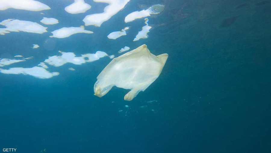مخلفات البلاستيك غالبا ما ينتهي بها المطاف في المحيطات حول العالم.