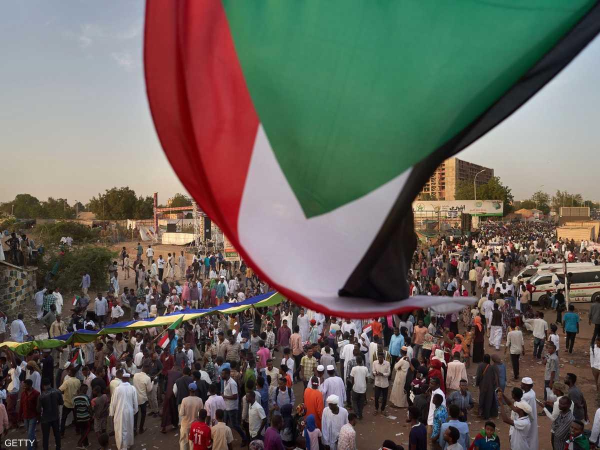 المعارضة السودانية تواصل الاحتجاج أمام مقر وزارة الدفاع