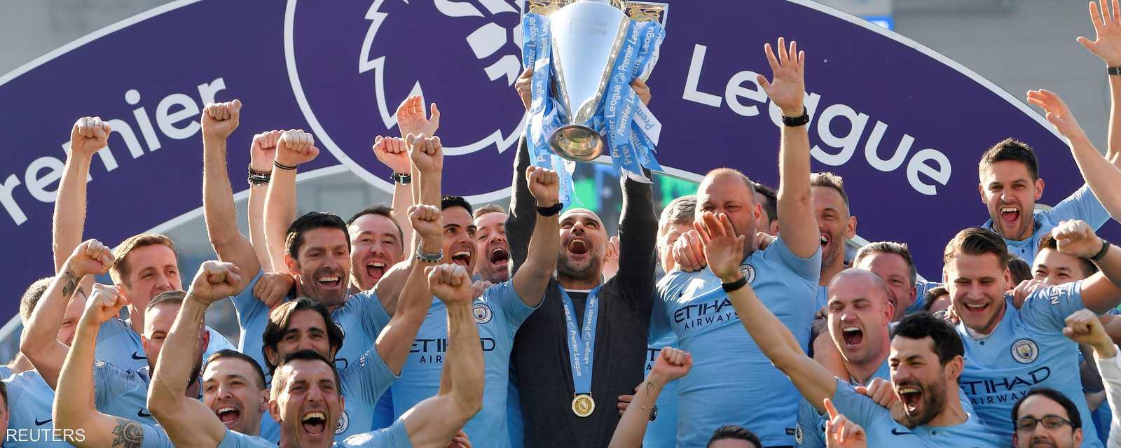 عناصر فريق مانشستر سيتي يحتفلون بالفوز