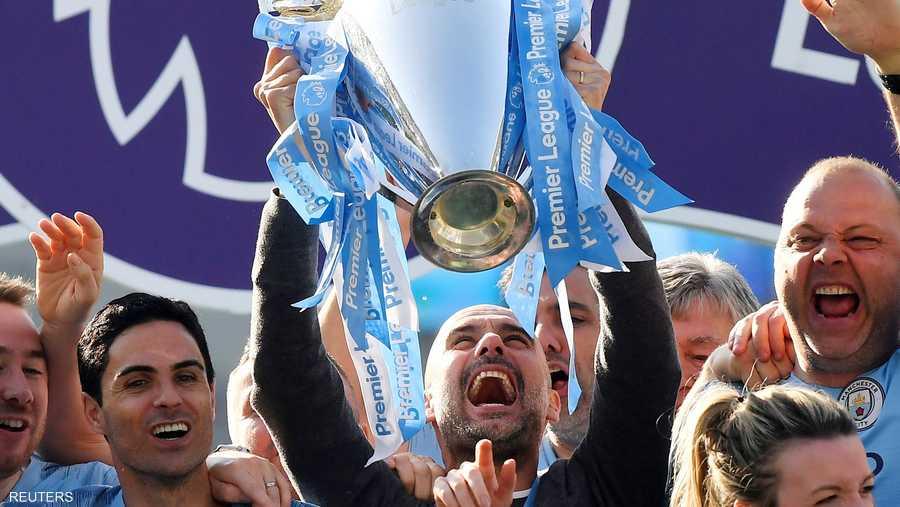 بيب غوارديولا أثناء احتفاله بالفوز بلقب الدوري الإنجليزي
