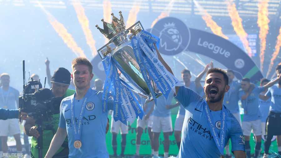 كيفن دي برويني وسيلفا يرفعان الكأس في احتفالية الفوز