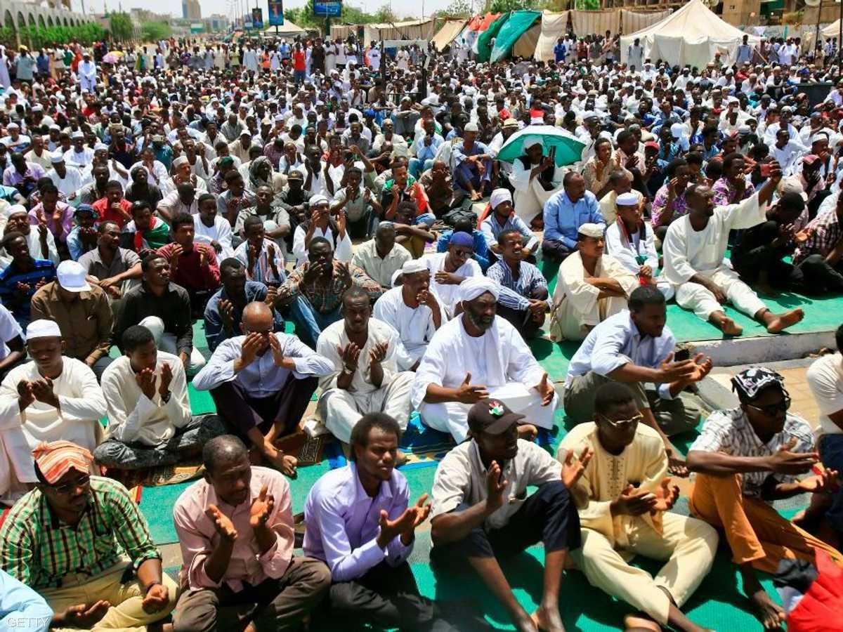 الآلاف يؤدون صلاة الجمعة في باحة الاعتصام