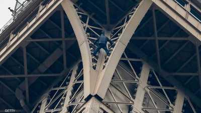 رجل يثير الهلع في برج إيفل.. وفيديو يوثق فعلته المتهورة