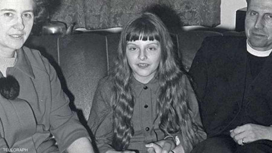 صورة أرشيفية للطفلة تيريزا ماي مع والديها