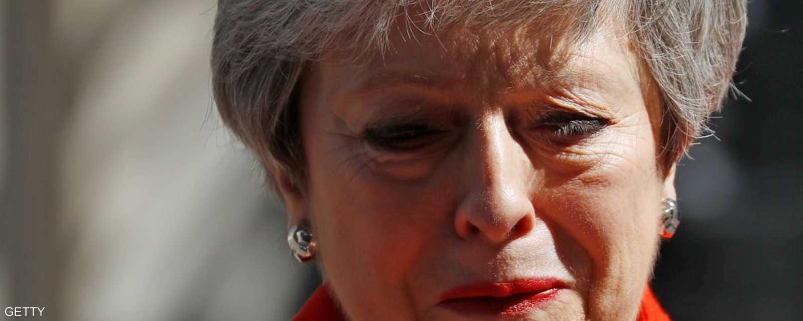 أعلنت رئيسة الوزراء البريطانية تيريزا ماي، الجمعة، استقالتها من منصبها، لتمهد الطريق أمام اختيار زعيم جديد من المرجح أن يسعى لإبرام اتفاق أكثر حسما لخروج بريطانيا من الاتحاد الأوروبي.
