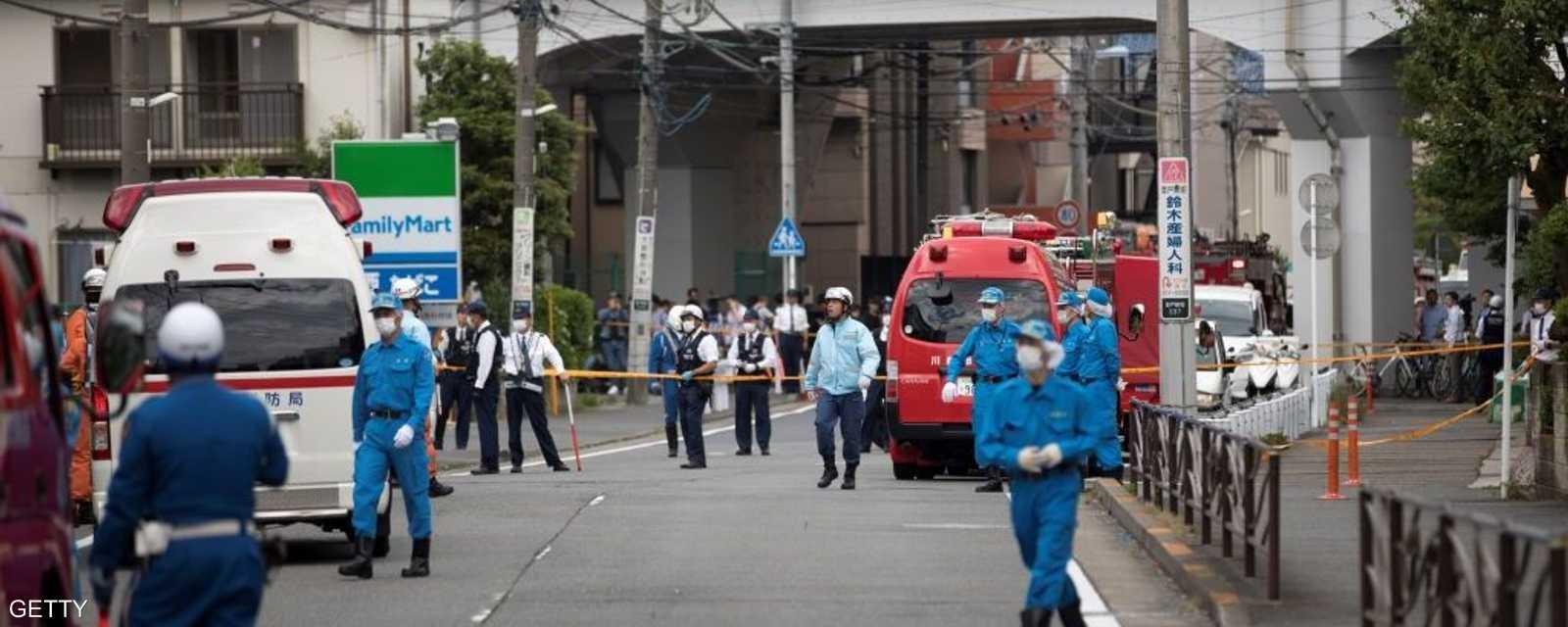 هاجم رجل كان يحمل سكينا تلميذات كن ينتظرن في محطة للحافلات خارج طوكيو، الثلاثاء، مما أسفر عن مقتل وإصابة أشخاص.