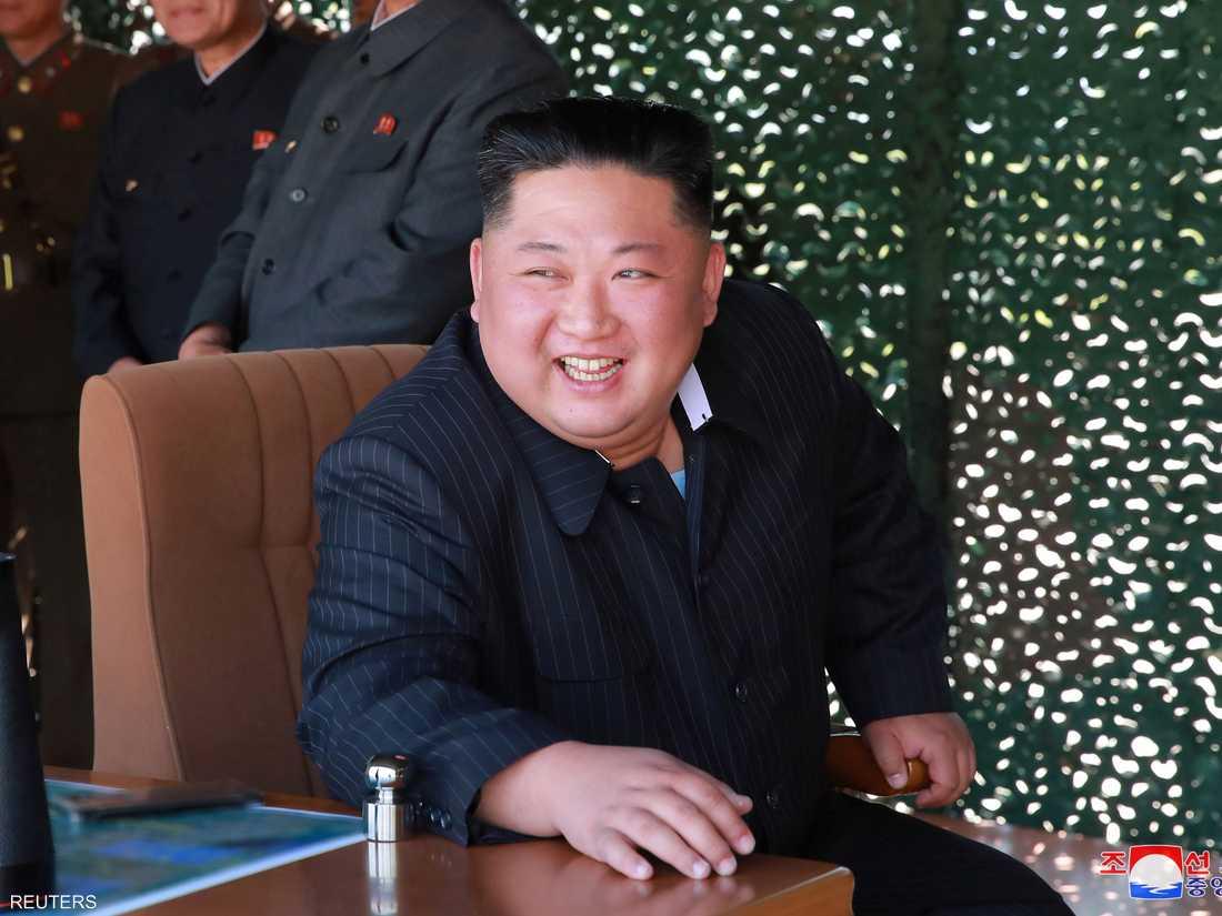زعيم كوريا الشمالية كيم جونغ أون يشرف على مناورة عسكرية.