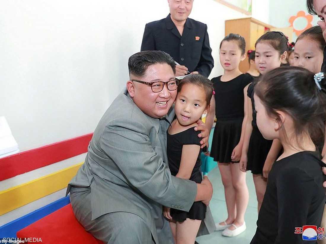كيم التقط صورا مع التلاميذ