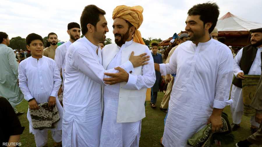 تبادل التحايا والفرح بعد صلاة العيد في باكستان