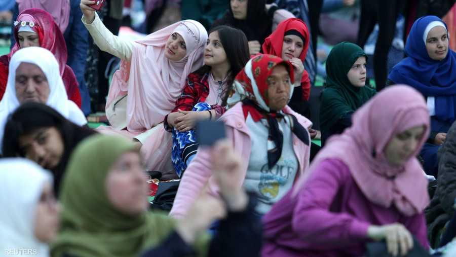 نساء ألبانيات يلتقطون صور سلفي فرحا بالعيد