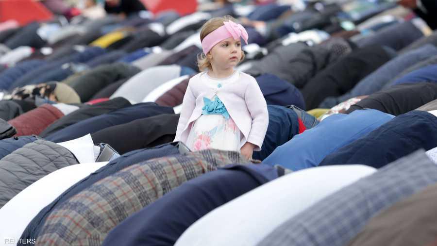 وهذه الطفلة تنتظر هديتها بعد انتهاء الصلاة
