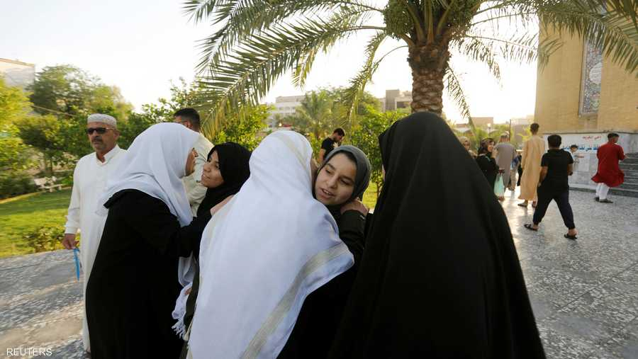 تبادل العناق بين العائلات والجيران فرحا بالعيد في العراق