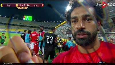 بالصور.. صلاح يوقع على أي شيء في مصر