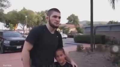 """بالفيديو.. نورمحمدوف يحبط طفلا برشلونيا مقابل """"صورة"""""""