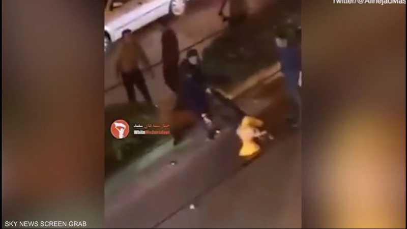 بالفيديو.. امرأة إيرانية تتعرض للسحل وسط الشارع