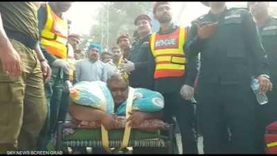بالفيديو.. مروحية عسكرية تنقل أسمن رجل في باكستان إلى المشفى