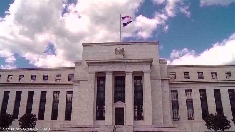 الفيدرالي الأميركي يلمح لإمكانية خفض الفائدة