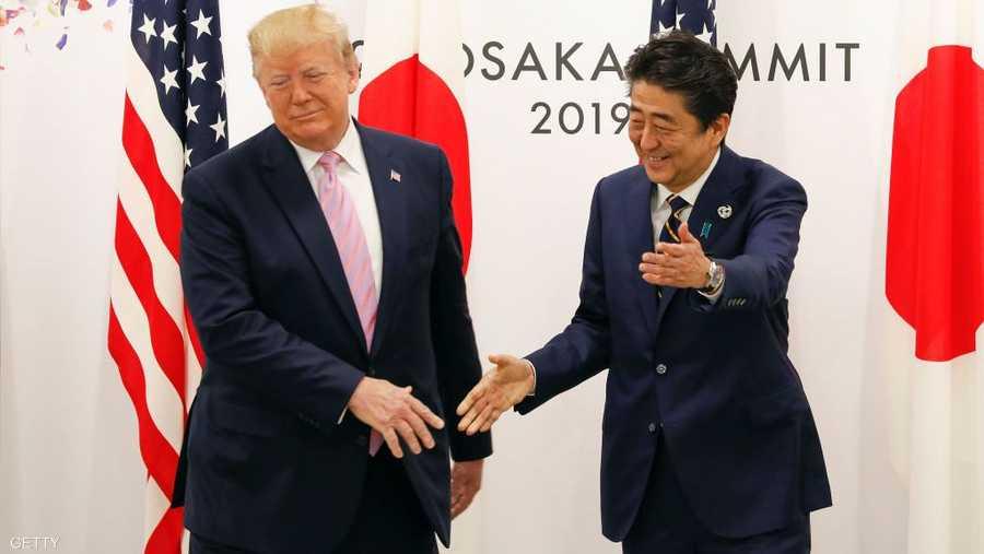 مصافحة ترامب سببت حرجا لرئيس الوزراء الياباني