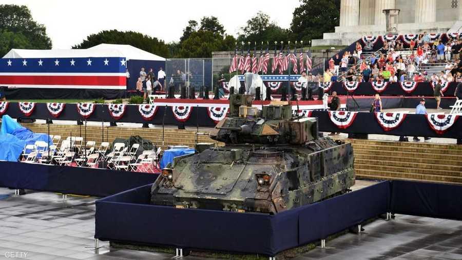 دبابة وحشود تراقب