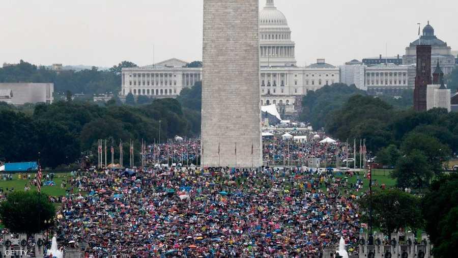 حشود تابعت العرض العسكري الأول منذ خمسينيات القرن الماضي