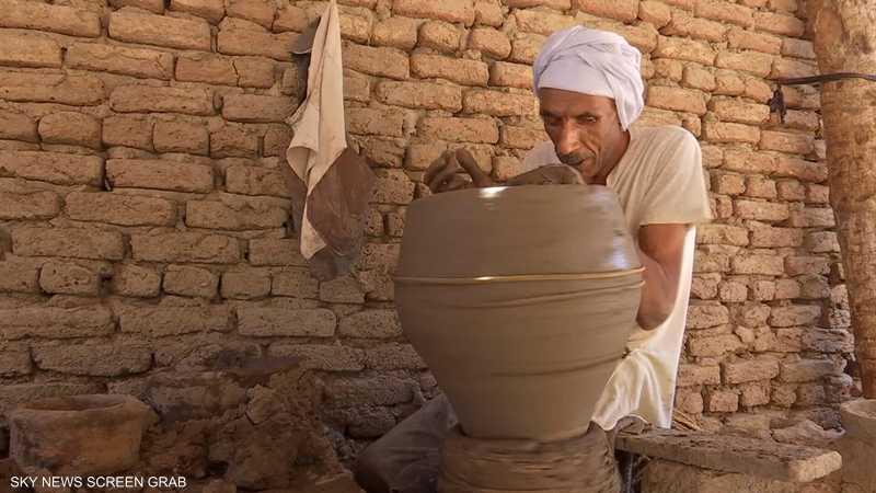 مصر.. 3 مكفوفين يبدعون في صناعة الأواني الفخارية