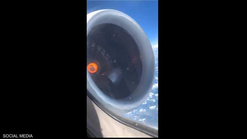 محرك الطائرة يشتعل في السماء