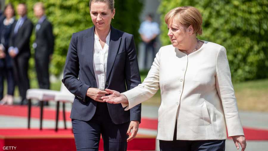 ميركل ورئيسة وزراء الدنمارك في مراسم بدأت عادية