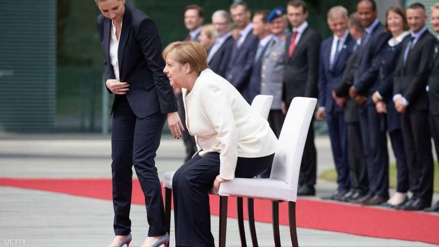 ميركل تستعد للوقوف ورئيسة وزراء الدنمارك تساعدها