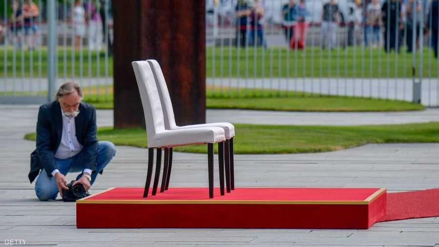 إعداد الكرسيين بمنتهى الدقة قبل حضور ميركل وضيفتها