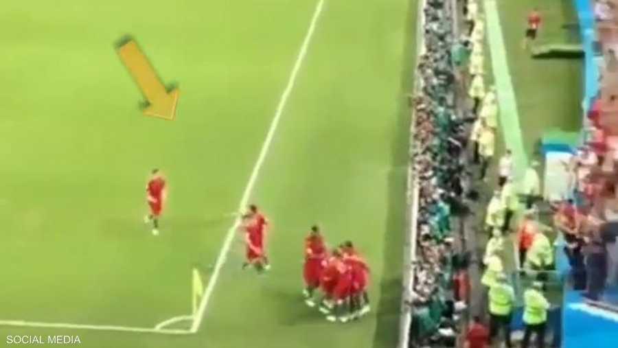 لاعب البرتغال يحتفل بالهدف بعيدا عن زملائه