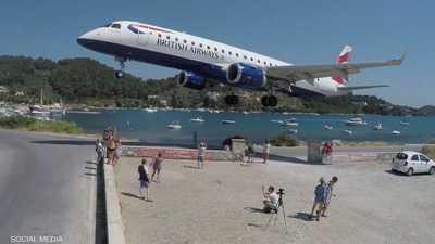 بالفيديو.. هبوط مخيف لطائرة بريطانية قرب رؤوس السائحين