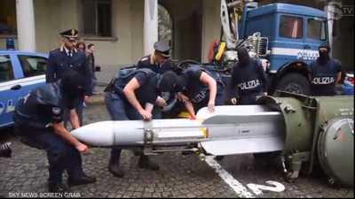 الشرطة الإيطالية تضبط أسلحة وصاروخا يستخدمه الجيش القطري