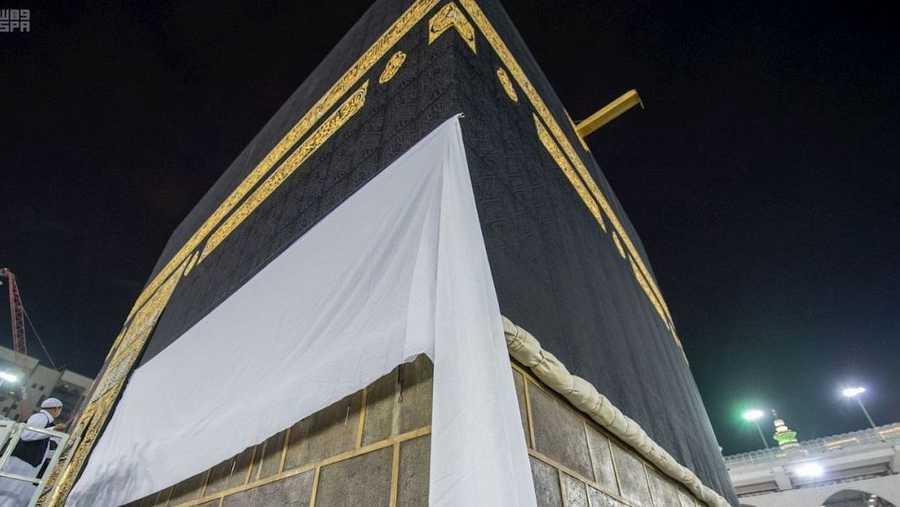 يتم رفع أستار الكعبة الجانبية مع دخول وقت الحج كإشهار يعلم الناس بدخول وقت تأدية ركن الإسلام الخامس