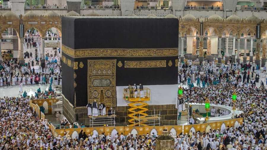 مع اقتراب موسم الحج في كل عام يرفع القائمون على بيت الله الحرام أستار الكعبة لتبدو بطانتها البيضاء