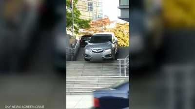 فيديو لسيدة تقود سيارتها على درج في كندا