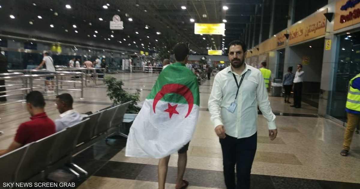 مصر تنهي أزمة الجزائريين العالقين بمطار القاهرة   أخبار سكاي نيوز عربية