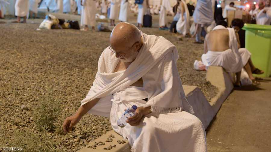 أحد ضيوف الرحمن يقوم بجمع الحصيات من أجل الرمي