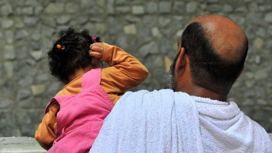 طفلة مع والدها تقوم بالرمبي