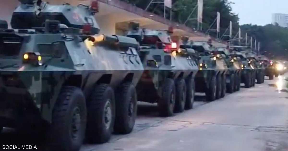 فيديو.. عشرات العربات العسكرية الصينية تحتشد قرب هونغ كونغ