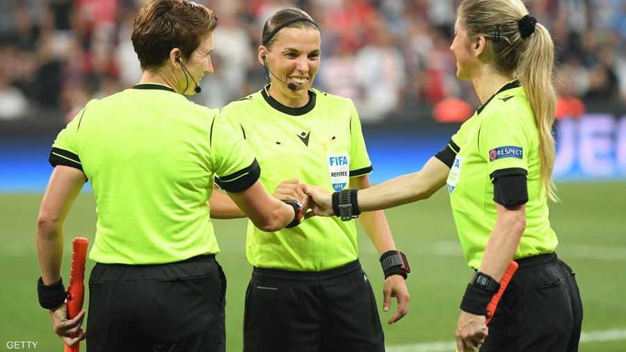 فرابارت أدارت المباراة بمساعدة مانويلا نيكولوسي وميشيل أونيل