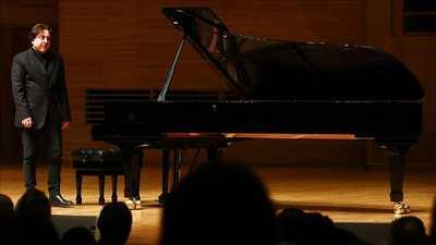 يعترض على سياسة الحكومة التركية.. بعزف البيانو